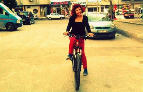 bisiklet suruyor